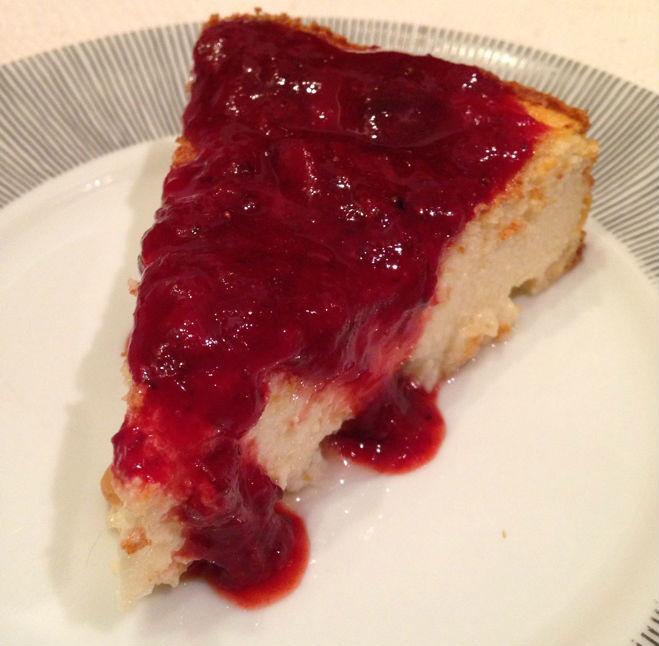 Torta de ricota com calda de morango