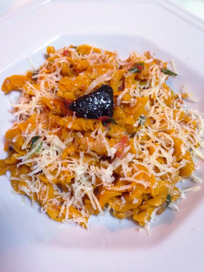 Fusilli de milho com tomate com molho de tomate natural, alho-poró e alho negro