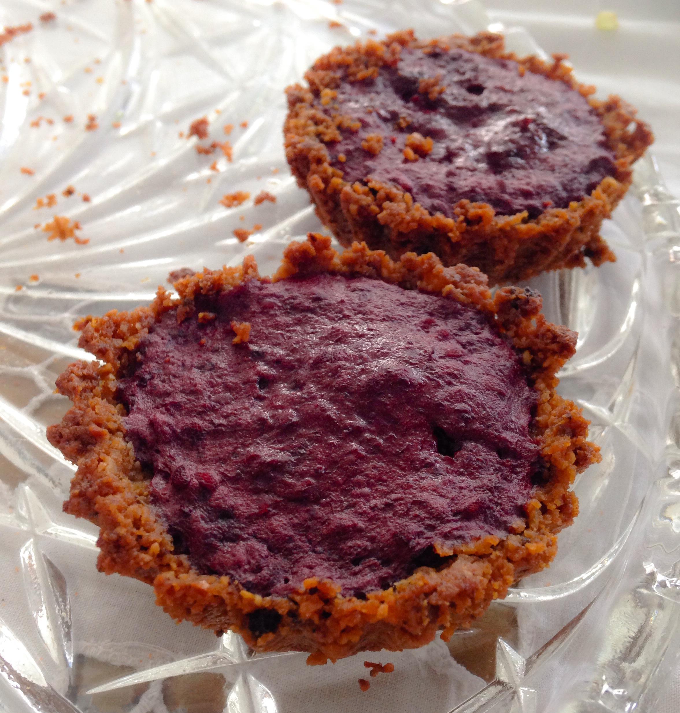 Tartelettes/ Torta de castanha de caju com recheio de amora