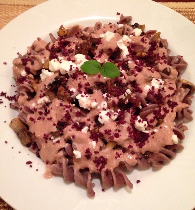 Fusilli de arroz integral com cogumelos salteados, creme de cebola roxa ao Porto e pó de azeitonas