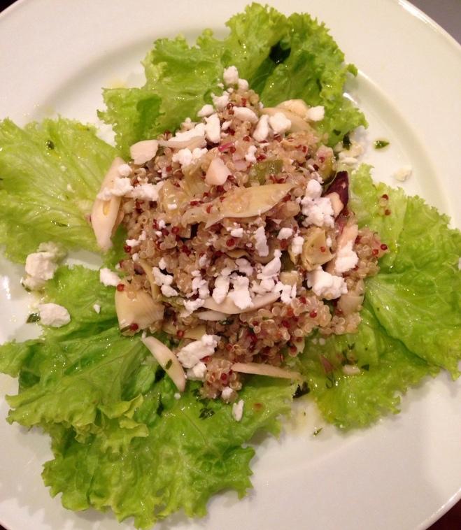 Salada de Quinoa com alcachofra, molho cítrico e castanha do Brasil