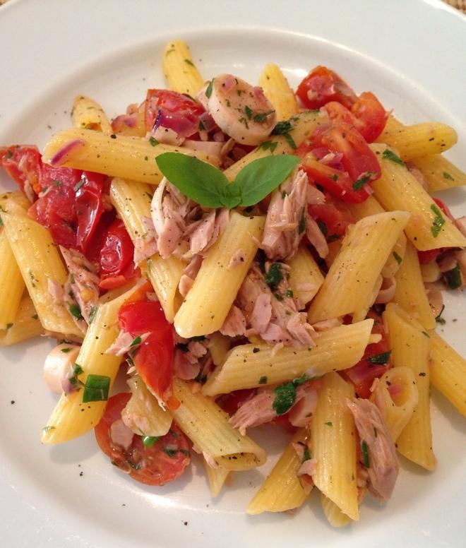 Penne de milho e arroz com atum, tomatinhos italianos e palmito