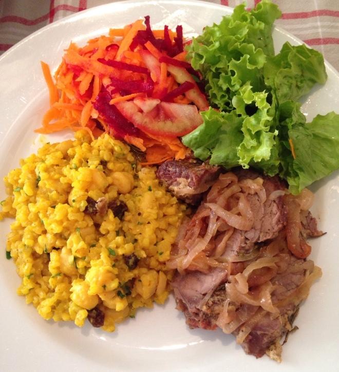 Arroz cremoso com grão-de-bico, cúrcuma e passas + Maminha com cebola e mostarda + saladinha