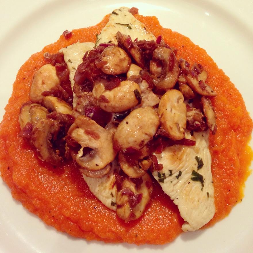Filé de frango com cogumelos + Purê de cenoura com mel