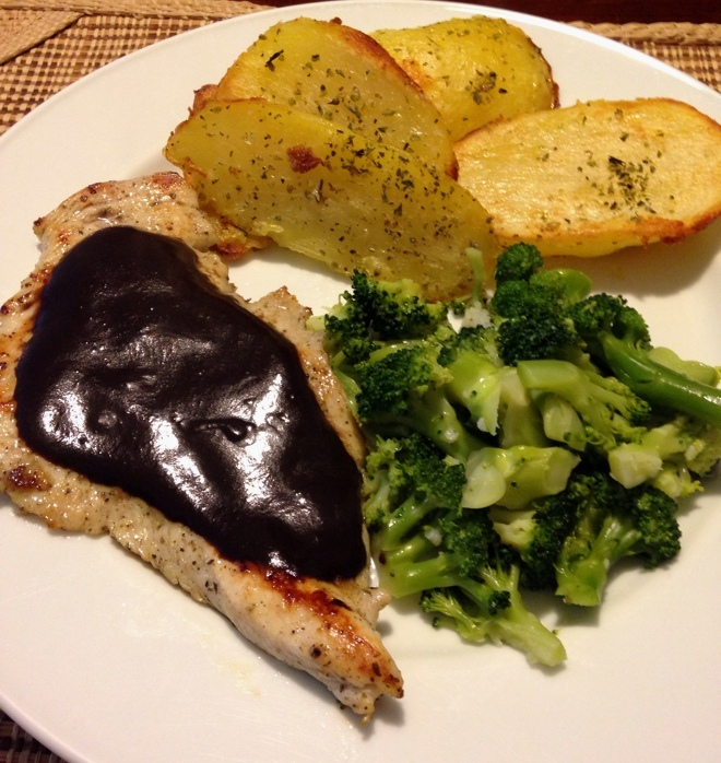 Filé de Frango grelhado com molho de Açaí + Batatas assadas com orégano + Brócolis refogado