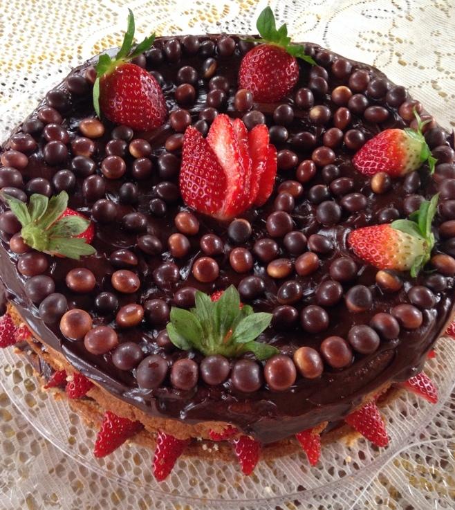Naked Cake de amêndoas sem glúten com recheio de brigadeiro e morangos