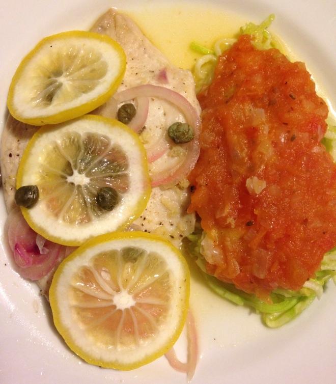 Filé de Saint Peter ao aroma de limão siciliano e gengibre + Spaghetti de abobrinha com molho rústico de tomate