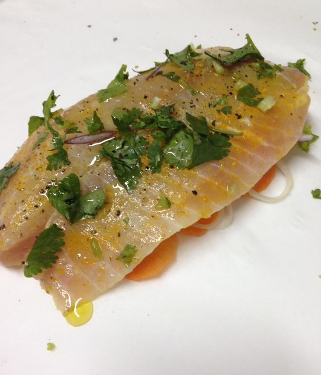Preparação: legumes por baixo e peixe por cima